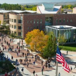 Fais tes études supérieures à Colorado State University aux États-Unis.