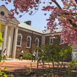 Fais tes études supérieures à Drew University aux États-Unis.